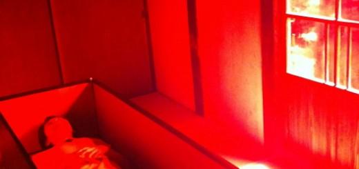 真っ赤な部屋に棺桶のベッド…宿泊できるアート作品「夢の家」が怪しすぎる
