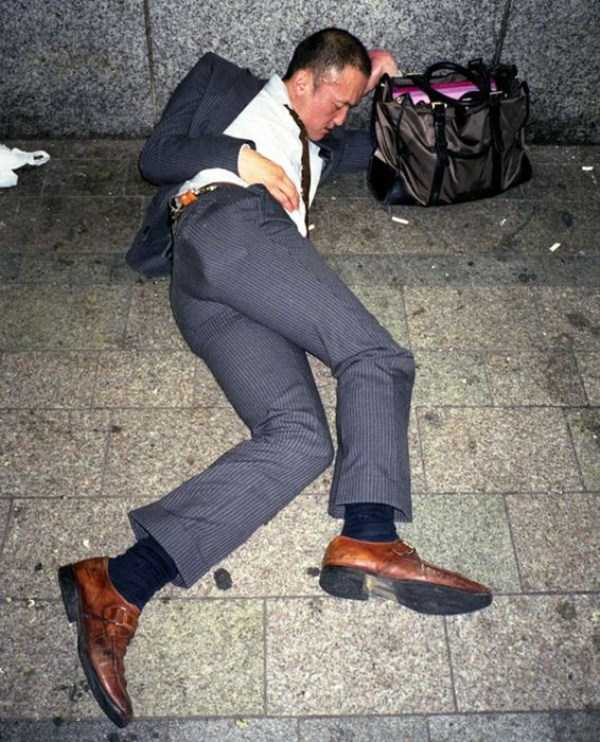japanese-businessmen-pass-out-3