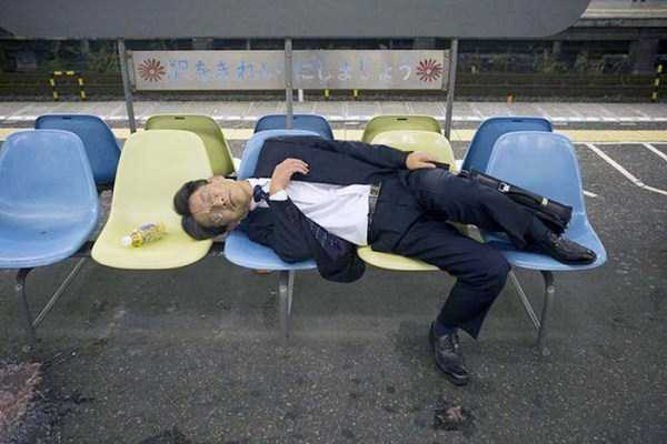 japanese-businessmen-pass-out-4