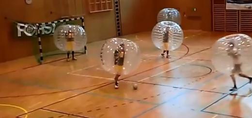 斬新すぎでしょ!? 全力でぶつかりまくるバブルサッカーがアツい