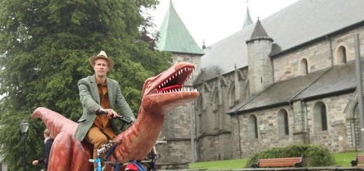 ノルウェーの男性が恐竜に乗って6日間の旅を満喫