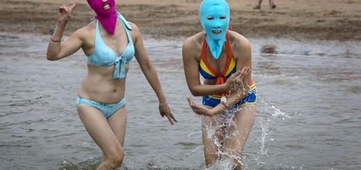 中国のビーチで覆面の水着「顔キニ」女子が急増中!殆どプロレスラー