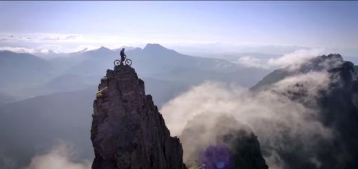 手に汗握る衝撃映像…断崖絶壁を自転車で走破するバイカー