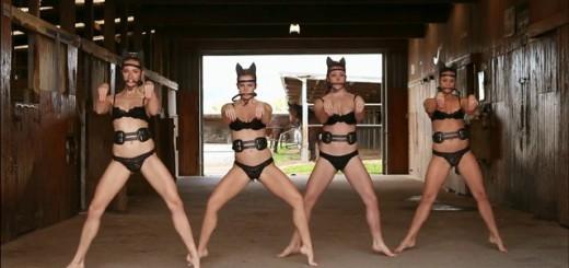 【シュール過ぎ】下着姿の女性たちが、馬になりきってダンス・ダンス・ダンス!