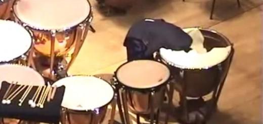 【衝撃映像】ティンパニー奏者が演奏中に楽器へ頭を突っ込むwww実はそれ、楽譜の指示通りでした。