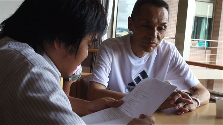 加藤さんは、父に手紙を読み、自分が妖怪になりたいことを打ち明ける (C)綿毛