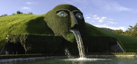 巨人が吐き続けている謎の施設…実はスワロフスキーの美術館でした!