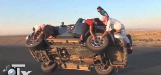 これがアラブクオリティか…走行中の車でタイヤ交換する荒ワザ動画