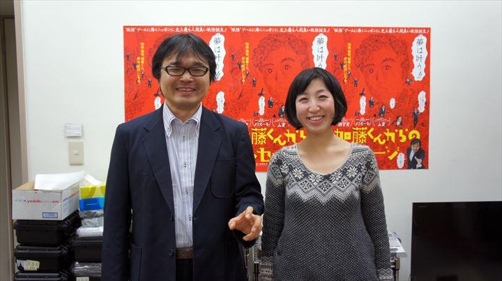 主演の加藤志異さん(左)と、綿毛監督(右)