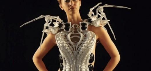 これはかっこいい!最新テクノロジーで、ストレスを感じると自動で攻撃態勢に入るドレスが完成