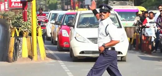 【インドのすごい道路事情】動きにキレがあり過ぎて、ダンスしているように見えるインドの交通警官
