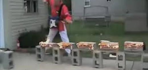 ギターを弾きながら、炎に包まれたブロックを空手チョップ!道端でなぜかシュールな一発芸を披露
