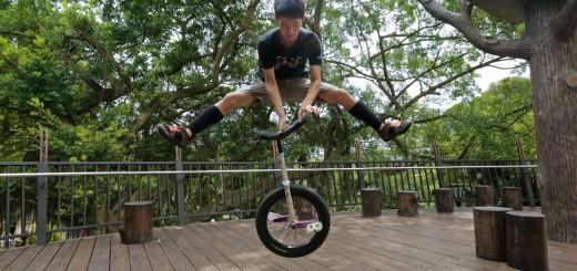 神技を連発!一輪車の概念を覆すアクロバットパフォーマンス