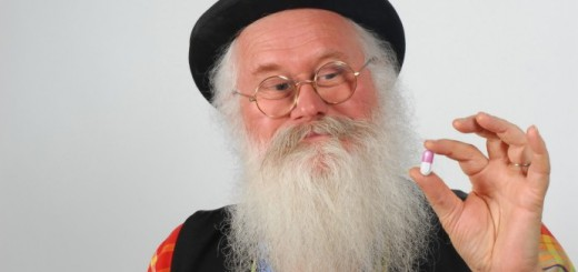 自分のおならが臭いことを憂いたおじいさん発明家、チョコの香りに変える薬を完成
