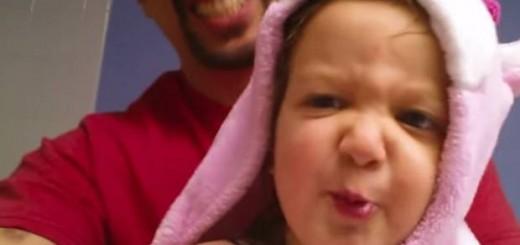 なにこれ可愛すぎ…2歳児が風呂上りに『ABCの歌』メタルバージョンを披露
