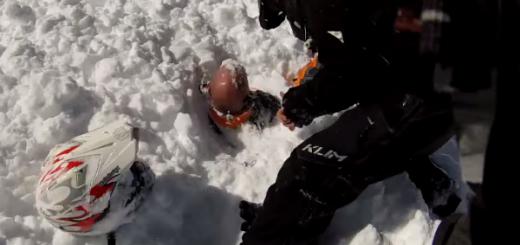 【衝撃映像】突然雪崩に遭遇!巻き込まれてしまったメンバーを救出へ向かうと…