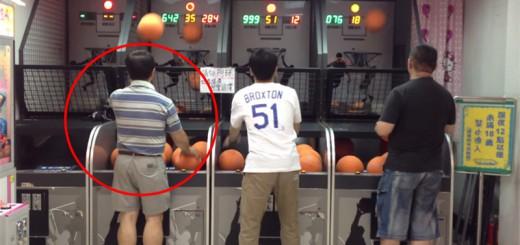 あまりのテクに周囲は唖然!ゲーセンのバスケットボールゲームで、おじさんが突然乱入し神技を披露