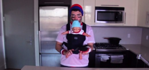 これはマジキチ発明…赤ちゃん人形の脳天からストローで吸う、ドリンクホルダー