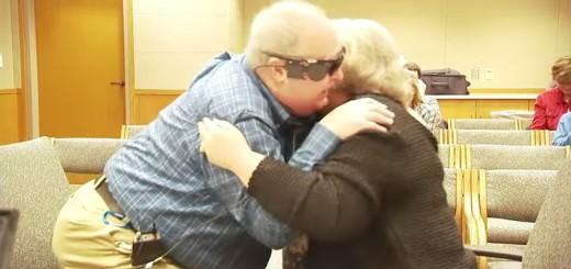 【医学の進歩に感動】盲目の老人、人工眼「バイオニック・アイ」で10年ぶりに妻の姿を見て涙