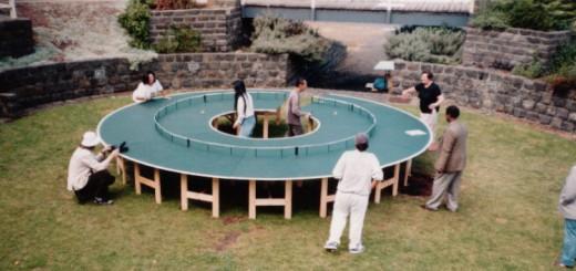 内側の人は負担がでか過ぎ!?ドーナツ型の卓球台「Ping-Pong Go Round」