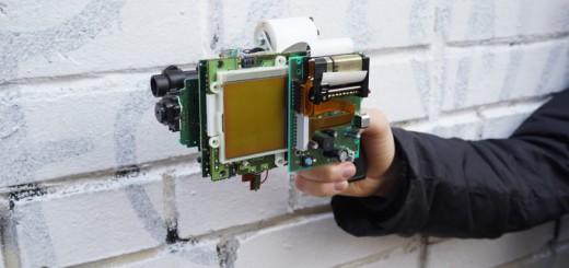 ゲームボーイを魔改造!8ビットの写真が撮れる、銃型インスタントカメラ