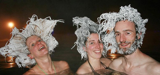 一番ヘンな髪型の人が優勝!真冬の温泉で、濡れた髪を凍らすコンテストが開催