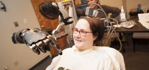 サイコミュシステムの実現か!? 全身麻痺の女性、脳波でフライトシュミレーターの操作に成功!