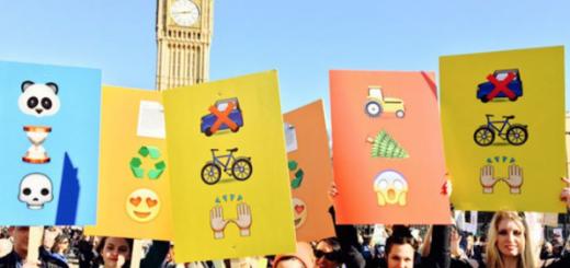 iPhoneの絵文字風プラカードで威圧感ゼロ!ロンドンの抗議デモがスマート