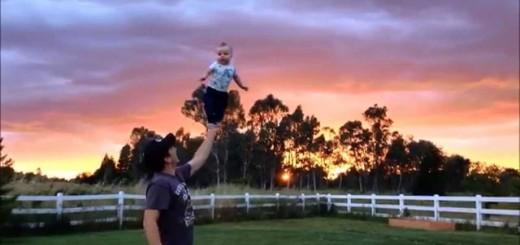 恐るべきバランス感覚…生後6か月の赤ちゃん、男性の手のひらの上で立つ
