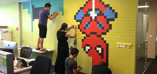 オフィスの壁が物足りないと感じた男性、ポストイットでクールな壁画を完成させる