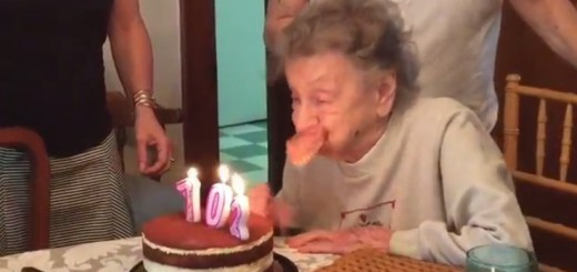 【爆笑動画】誕生ケーキのロウソクを消そうとした瞬間!おばあちゃんの入れ歯が…
