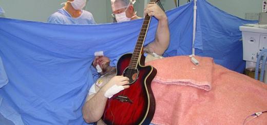衝撃!自身の脳手術中にギター演奏しながら歌う男