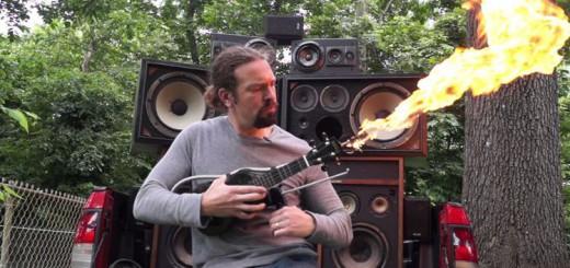 『マッドマックス』に登場する、火炎放射器型のギターを再現した猛者現る!