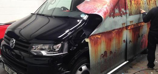 新車に錆びだらけのシートを被せてカモフラージュ!驚きの盗難防止策
