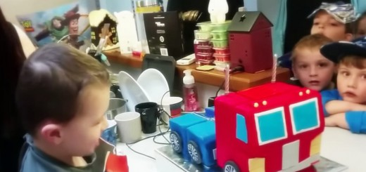 誕生日ケーキがトランスフォーム!子供の目が釘付けなオプティマスプライム型ケーキ