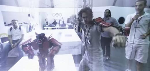 まるでロボットアニメの世界!自身の動きに合わせ動く小型ロボットが登場