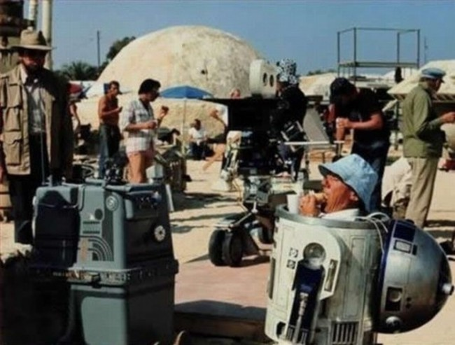 40-photos-of-actors-surprised-behind-the-scenes-that-will-change-what-you-thought-about-their-movies-21