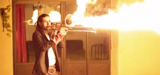 俺のトロンボーンが火を噴くぜ!演奏中に火炎放射する猛者が登場