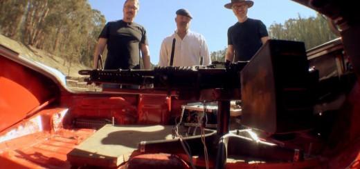 超危険な実験!人気海外ドラマに登場する「車のトランクから銃を乱射する装置」を再現