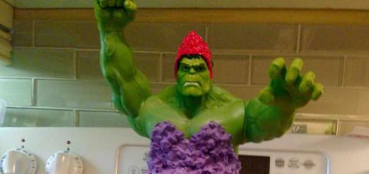 超人ハルクが女装!?愛娘の誕生日を祝うケーキが斬新