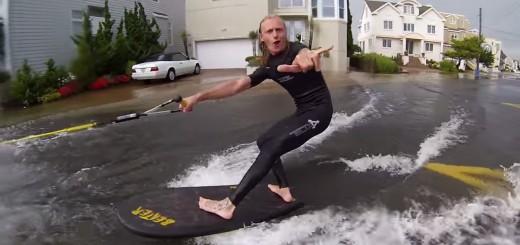大洪水の街をサーフィンする猛者現る!不謹慎だけど楽しそう