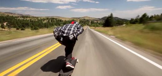 【衝撃映像】スケボーに乗りながら、時速112kmで高速道路を爆走!
