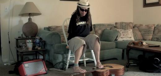 足でギターを弾く!生まれつき両腕がないギタリストの演奏がすごい