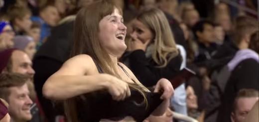 ホッケーの試合中、観客女性が突然服を脱ぎ始め…応援ダンスがエロい