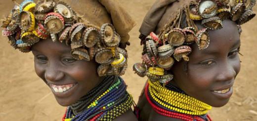瓶のフタや時計も髪飾りにしちゃう!Daasanach族のユニークなファッションセンス