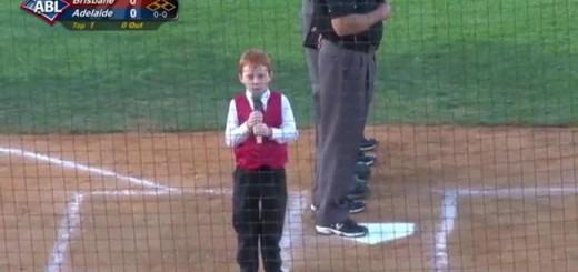 しゃっくりが止まらない!それでも頑張って国歌斉唱する7歳少年が可愛い