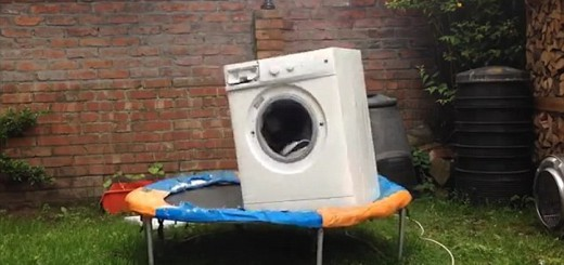 【おバカな実験】洗濯機をトランポリンの上に乗せて稼働…ダンスしているみたい!