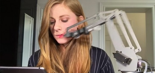 自動で口紅を塗ってくれるロボットが誕生!試した結果…顔中が悲惨な結果に