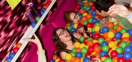 子供の遊具みたい!ゴムボールが敷き詰められたクラブパーティーが開催