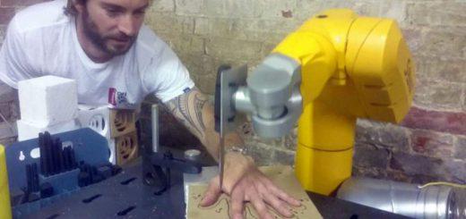 命がけの製品PR!?工業ロボットに「指ルーレット」をプログラミング